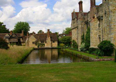 1280px-hever_castle__cottages_over_moat-feb3c0e8215f3ecd718ab1c5b09ea85b