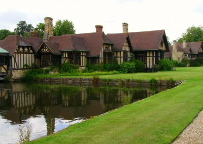 hever_castle_cottages_near_moat-750081b32108f420597f1e7321aa2392